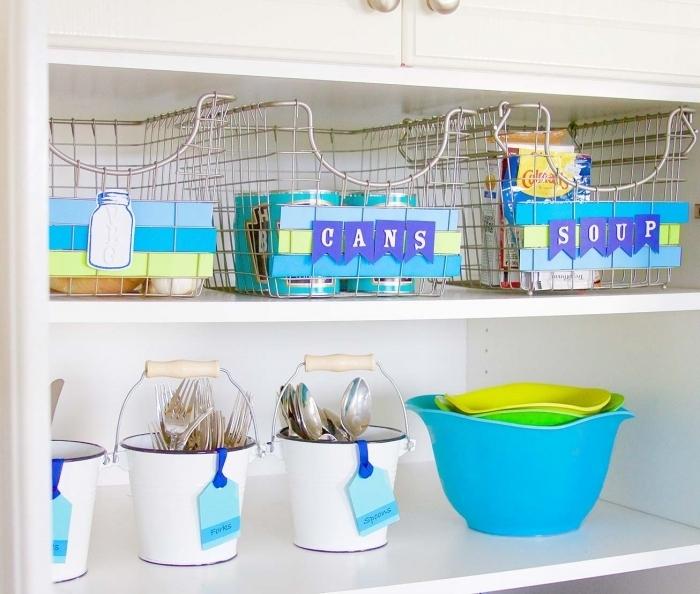 conseils pour amenagement petite cuisine, idée organisation espace dans petite cuisine avec panier ou boîte de rangement
