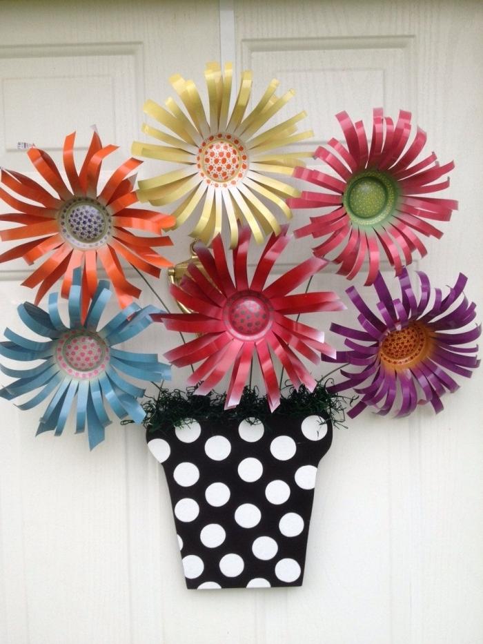 deco fait maison avec papier, modèle de suspension murale en forme de pot blanc et noir rempli de fleurs en papier