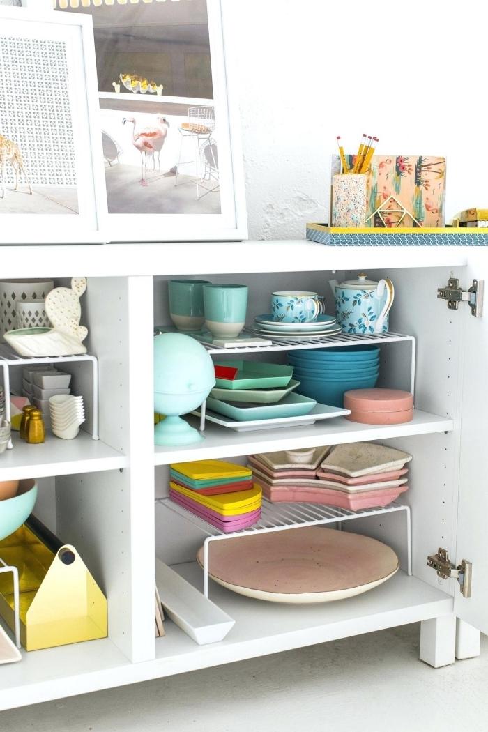 exemple de rangement cuisine facile avec grille sur pied dans un placard, astuce comment optimiser l'espace dans sa cuisine