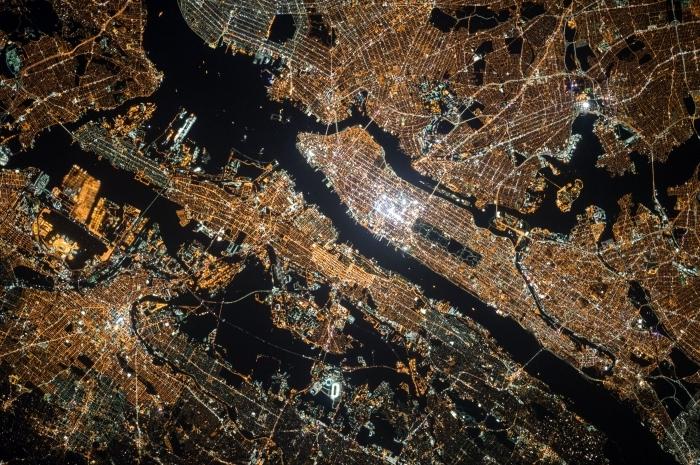 jolie fond d écran pour pc avec image depuis l'espace, idée de wallpaper PC avec vue sur la terre depuis le cosmos