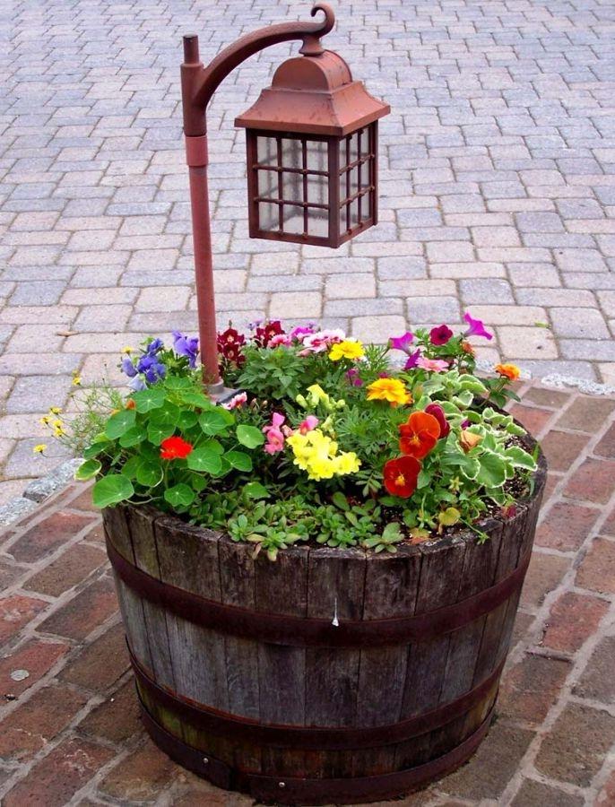 bac en bois vintage fleuri avec lanterne plantée à l intérieur; idee de bricolage jardin avec objet détourné