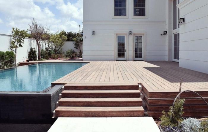 Maison avec piscine, bois allée terrasse pour un bon look moderne, cool idée bardage extérieur utilisation