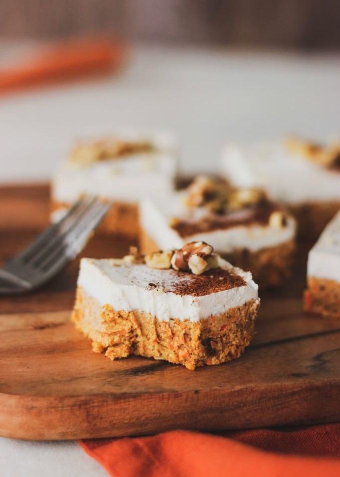 barre de gateau allégé aux carottes healthy avec de la creme de noix de cajou en top et des noix pour decorer