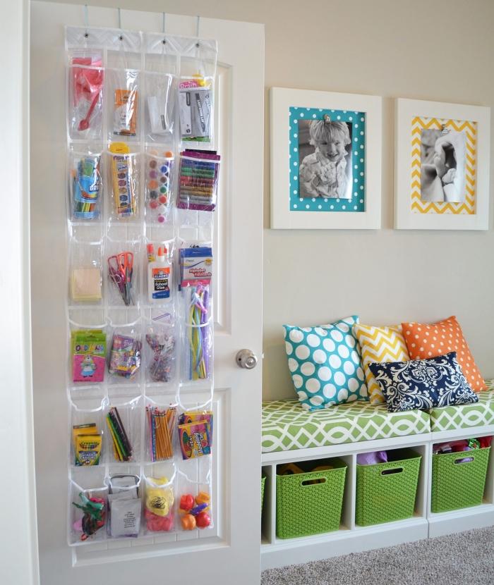exemple de rangement chambre enfant facile à faire soi-même, DIY rangement vertical avec poches en plastique accrochées à porte