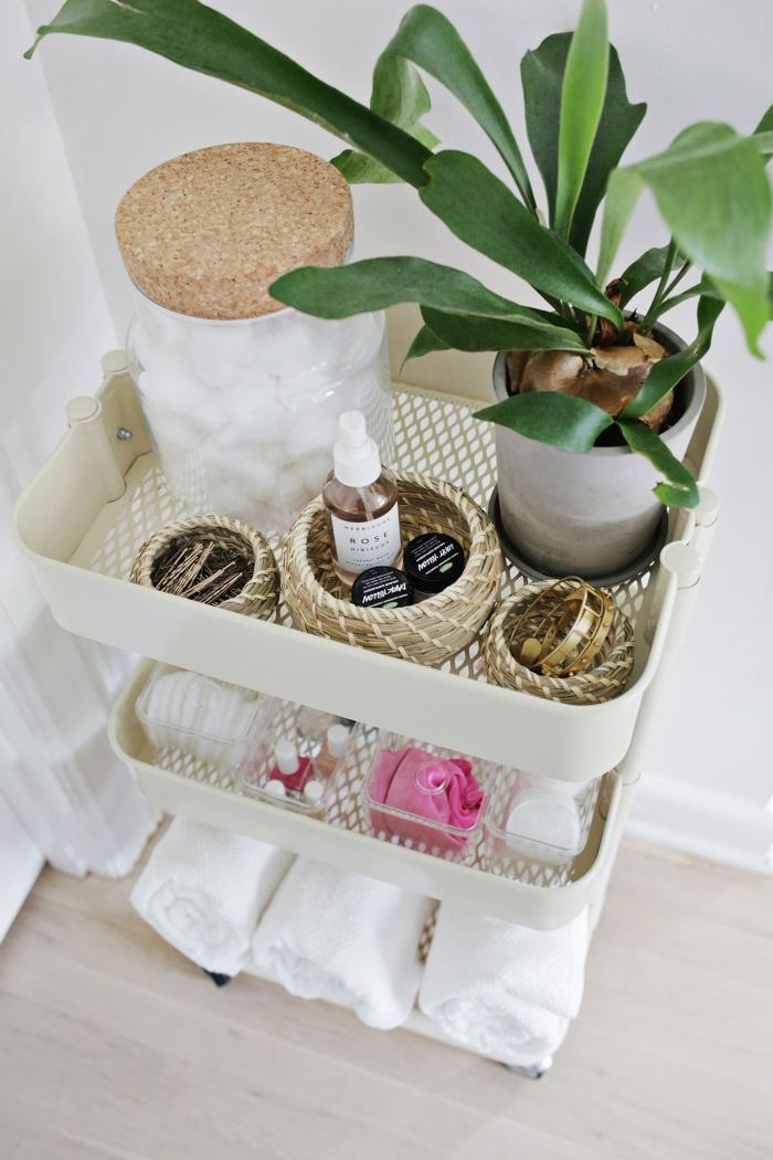 idée comment bien arranger ses accessoires de bain à l'aide de caisse rangement ikea, décoration petite salle de bain