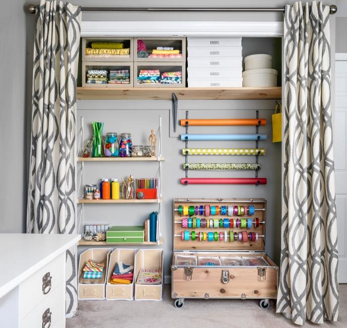 idée rangement chambre avec matériaux de récupération, exemple comment bien organiser ses fournitures et matériaux scrapbooking