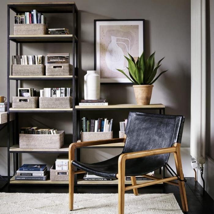 comment décorer sa chambre avec un meuble de style industriel en métal, idée caisse rangement ikea pour arranger ses livres