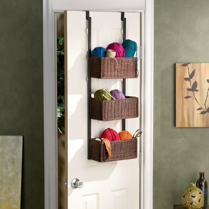 astuce rangement pour gain place dans une petite chambre à coucher, idée rangement DIY avec paniers accrochés sur porte
