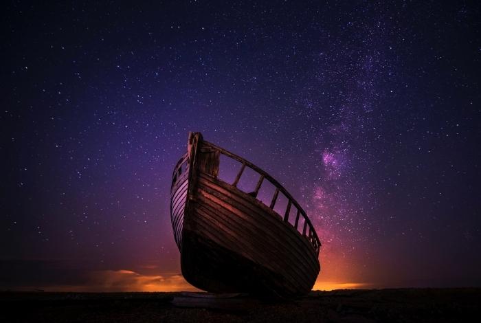 les plus beau fond d écran pour ordinateur, image avec paysage nocturne féerique au ciel violet étoilé et bateau en bois