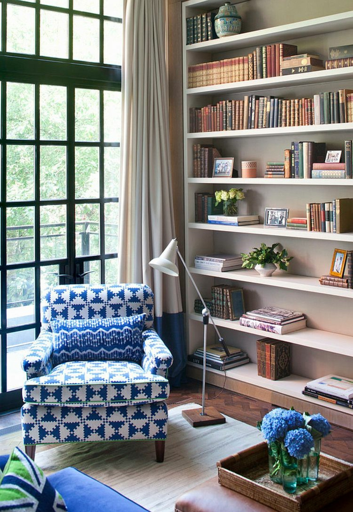 Coin de lecture cosy pour un aménagement studio, deco appartement, chouette idée decoration bleu et blanc