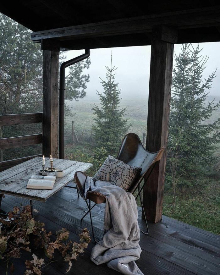 Balcon chalet dans la foret, beau fond d écran cocooning, photo déco cosy table et chaise