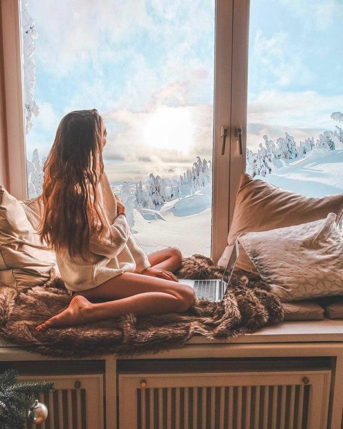 Femme saisissant la belle vue de la montagne, fond d écran été, quelle photo utiliser pour son écran arriere plan