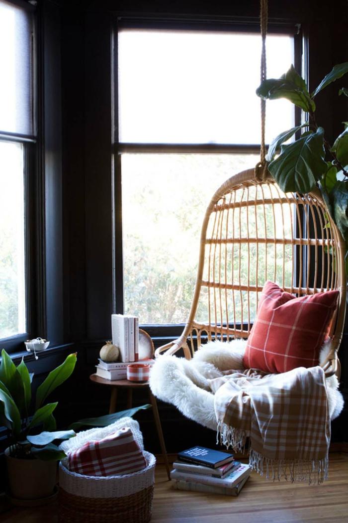 Balançoire coussins coin lecture vers le fenetre aménagement appartement, déco de petit appartement bien aménagé