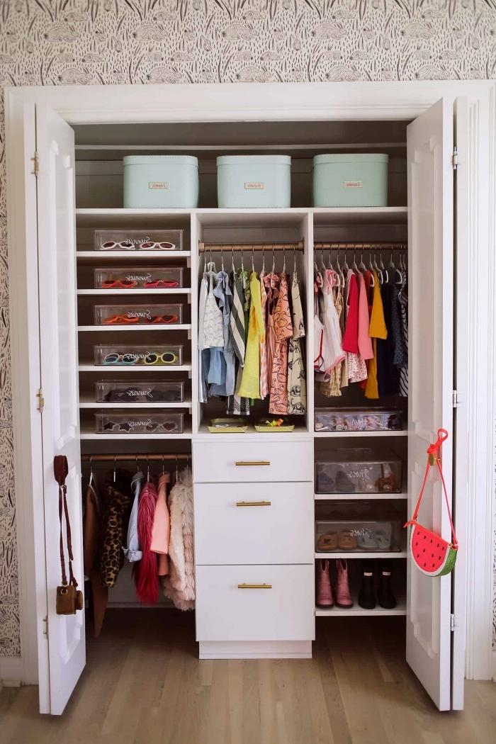 comment ranger sa chambre à l'aide de boîtes et paniers, exemple organisation garde-robe avec boîtes en plastique