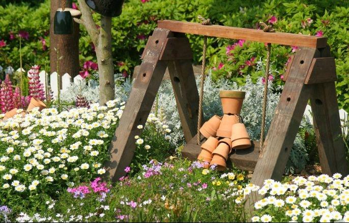 exemple pour faire un bonhomme en pots de terre cuitte sur balancoire pour decorer son jardin, idée dcoration jardin extérieur