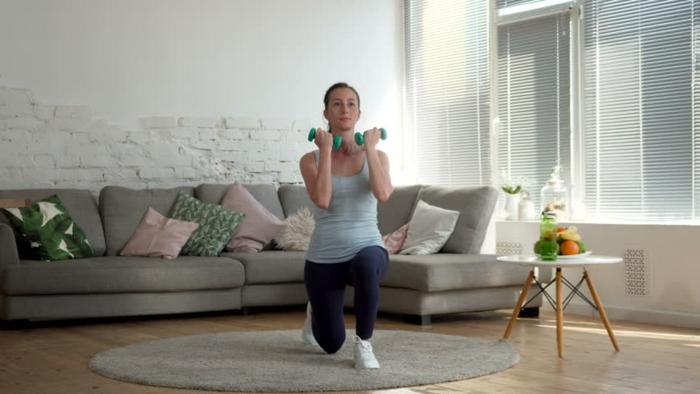 Femme faire du sport a la maison, idée déco studio, amenagement petit espace confortable bien fait