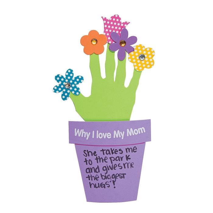 idée de carte fête des mères maternelle à réaliser avec papier cartonné, modèle de fleurs en papier dans pot de fleur violet