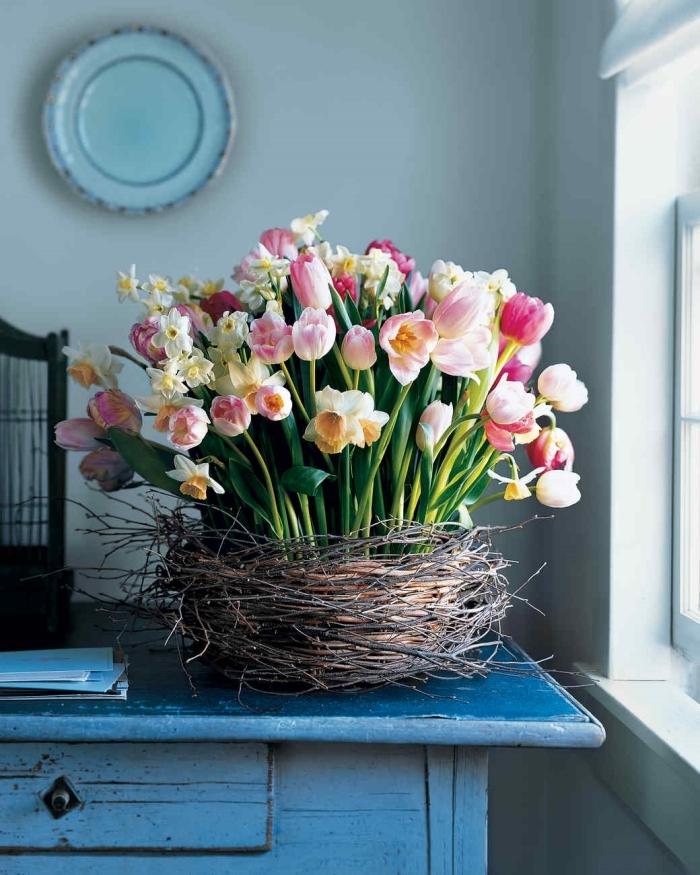 idée de deco a faire soi meme pour le printemps, diy panier tressé rempli de bouquets de fleurs de printemps sur table bois