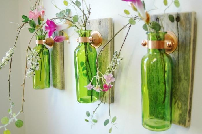 activités manuelles faciles de printemps, modèle de déco murale fait avec planche de bois et bouteilles en verre recyclées