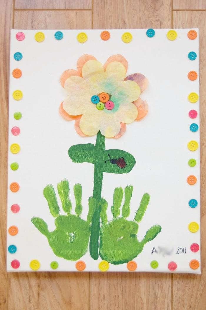 bricolage fête des mères pour tout petit, modèle de peinture avec cadre originale en boutons colorés et empreintes de main