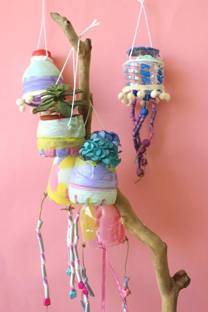 idée de deco fait maison avec objets recyclés, exemple d ediy décoration avec bois flotté et bouteilles en plastiques recyclées