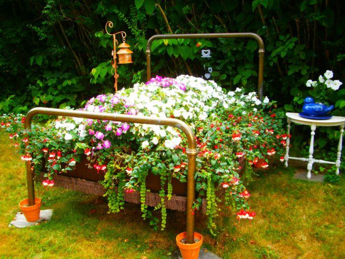 bricolage de jardin avec objet recyclé, un lit vintage flerui dans le jardin, idee amenagement jardin creatif