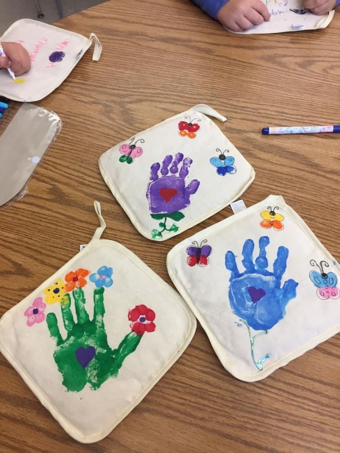 activité fête des mères facile et zéro budget, exemple comment décorer un tissu avec empreintes d'enfant en peinture