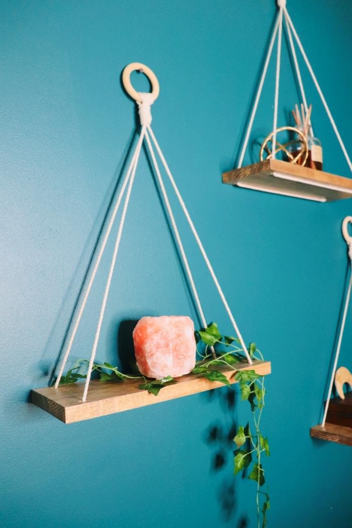 DIY rangement livre de style bohème, modèle de petite étagère suspendue à faire soi-même avec morceau de bois et corde