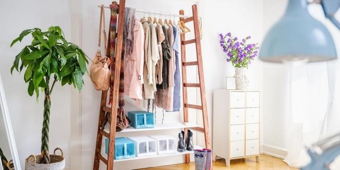 idée de rangement chambre facile, modèle de meuble rangement pour vêtements et accessoires avec échelles et morceau bois