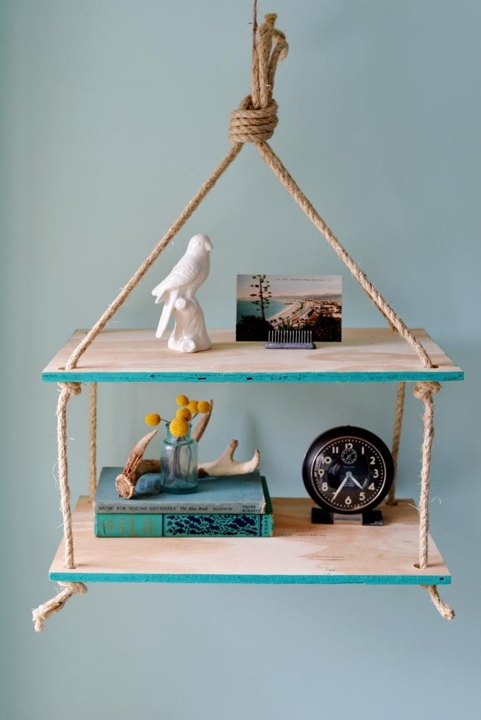 exemple de rangement livre à fabriquer soi-même, diy étagère suspendue avec morceau de bois et corde facile à faire