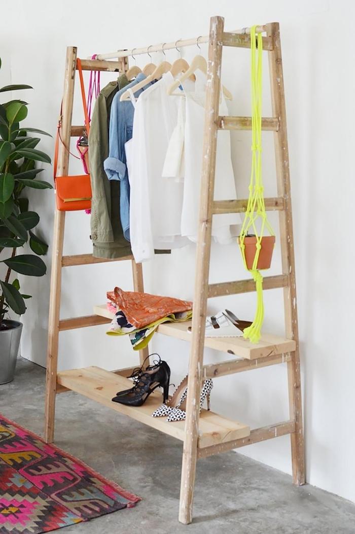 comment ranger sa chambre avec un meuble DIY, exemple de rangement pour vêtements avec échelle et planches de bois