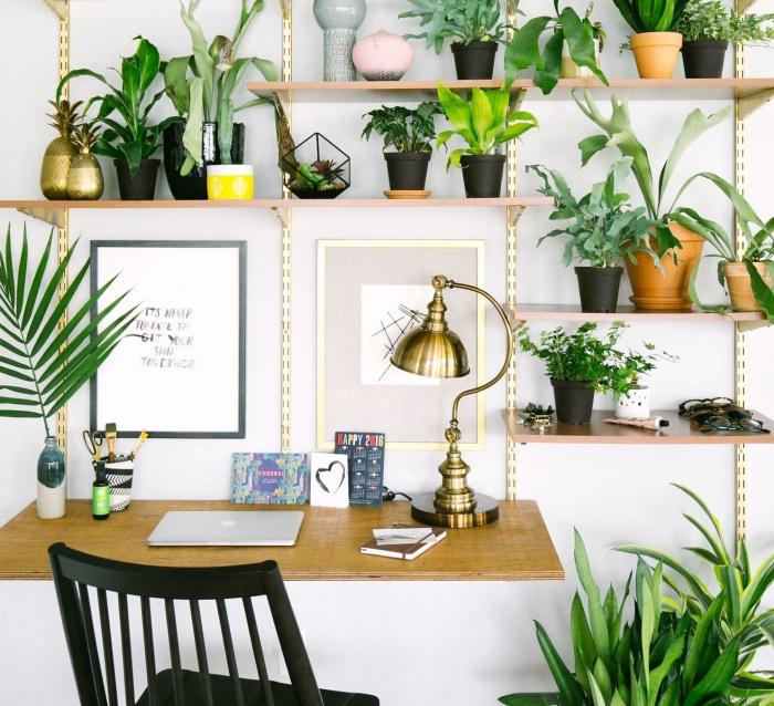 idée de palmier d'intérieur pour coin de bureau de style bohème chic, design intérieur de style urbain jungle dans coin de bureau