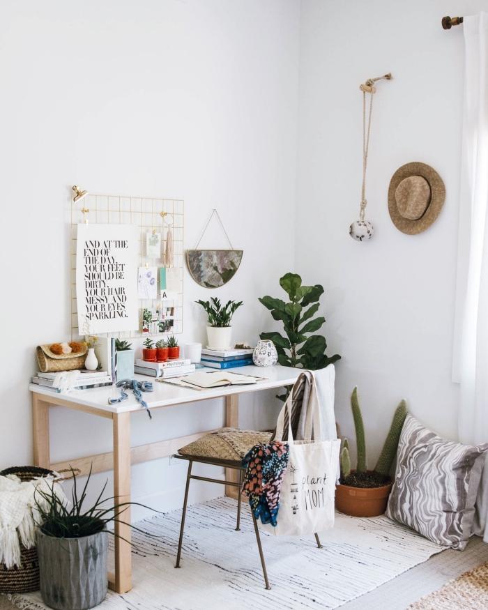 exemple comment décorer un coin de travail à domicile d'esprit bohème avec meubles en bois, plantes vertes d'intérieur photos