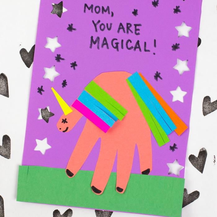 bricolage fête des mères pour tout petit, exemple de carte fait en papier cartonné avec figurine en forme de licorne