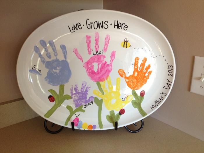 cadeau fait main pour maman avec peinture, idée comment décorer une assiette blanche avec empreintes d'enfant colorées