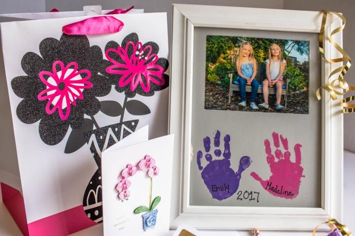 modèle de cadre empreinte bébé ou enfant facile à réaliser avec peinture, idée de surprise originale et fait maison pour maman