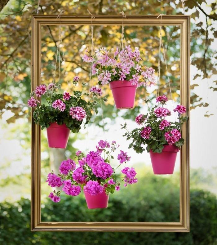cadre tableau flottant avec des pots de fleurs suspendus, deco recup a faire soi meme pour le jardin