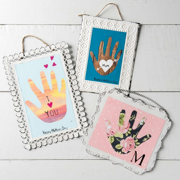 exemple de cadeau fait main pour maman avec peinture empreinte, modèles de peinture originale avec main d'enfant découpé de papier scrapbooking