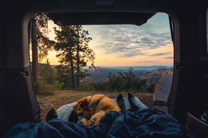 Belle vue d'une caravane couple et son chien à la montagne, fond d écran classe, photo les plus beau fond d écran gratuit