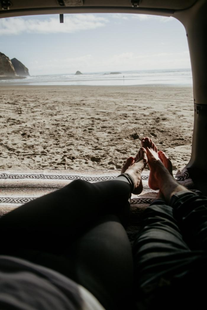 Jolie photo vue de la caravane parqué à la plage, meilleur fond d écran, inspiration le plus beau fond d écran hiver ou été confort ordinateur
