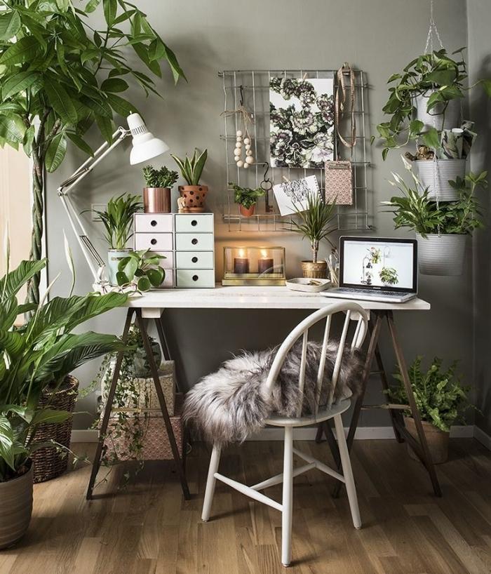 décoration de style urbain jungle dans un coin de travail à domicile, design homme office bohème chic avec plantes grasses d'intérieur