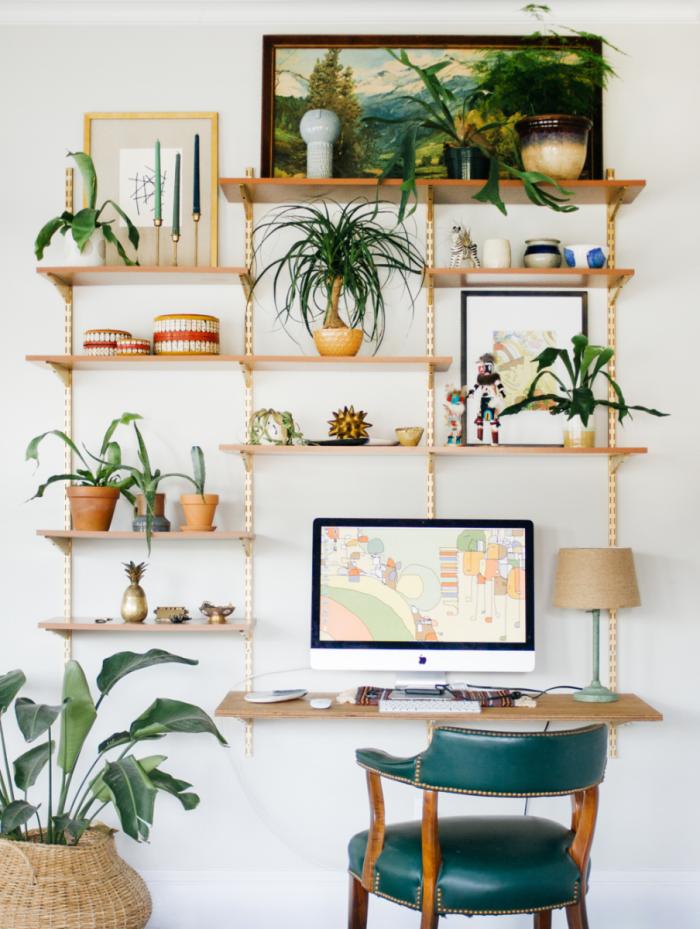 plante d'intérieur pour coin de bureau à domicile, décoration espace de travail dans un salon de style jungalow bohème chic