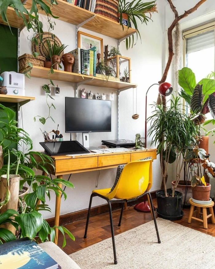 décoration intérieure de style urbain jungle avec meubles en bois et plante verte intérieur, idée bureau dans un salon boho chic