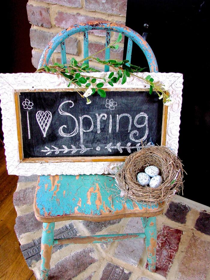 idées loisirs créatifs pour le printemps, coin de repos avec chaise en bois et tableau diy en peinture ardoise à lettres printemps