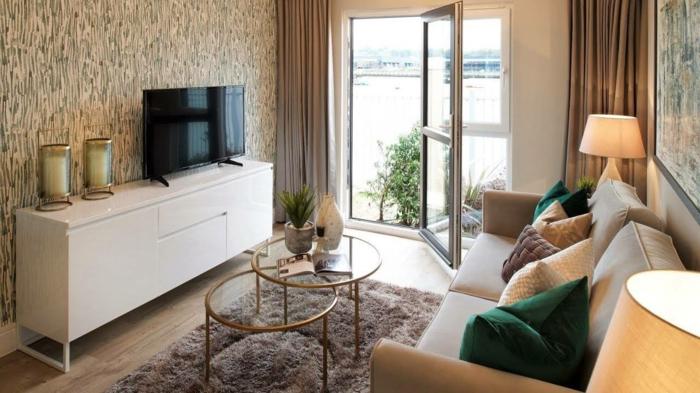 Papier peinte original, canapé beige, porte balcon vers le sol, décoration appartement étudiant, idée amenagement petit espace