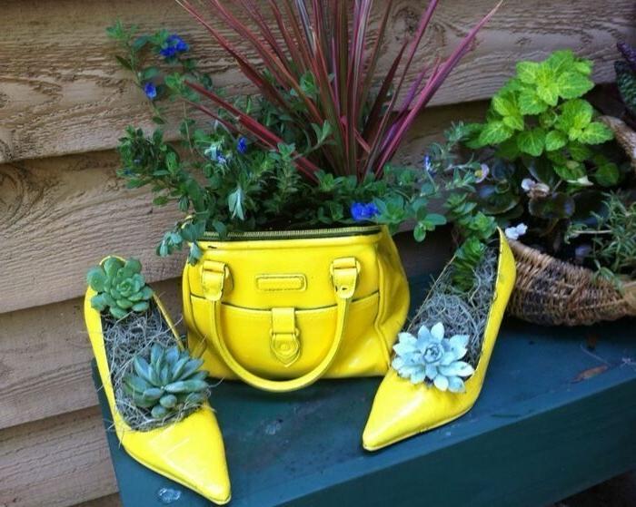 idee de recyclage objet détourné, sac à main et chaussures transformés en pots de fleurs originaux diy