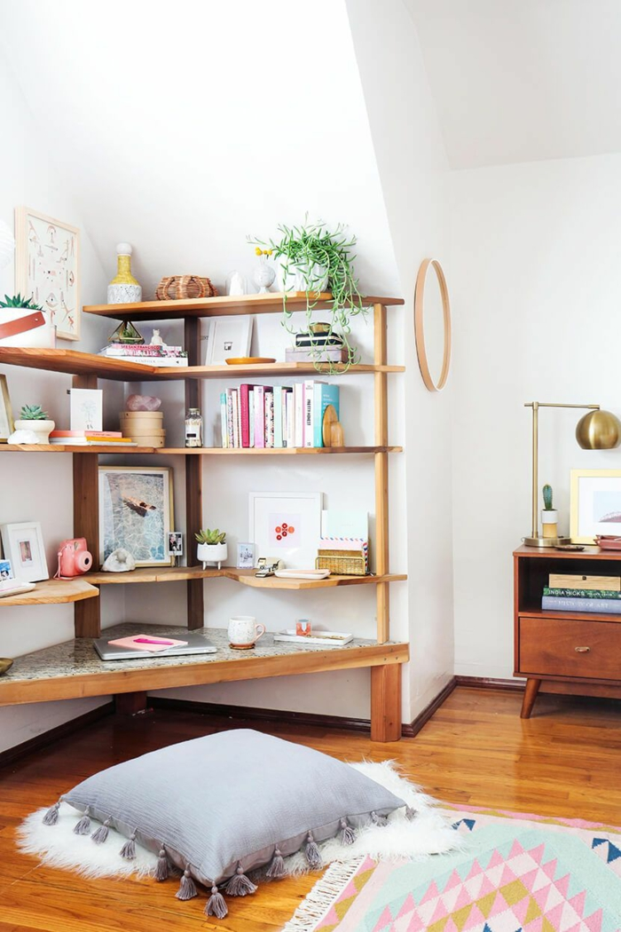 Coin de lecture avec coussin sur le sol, decoration interieur appartement, amenagement petit espace