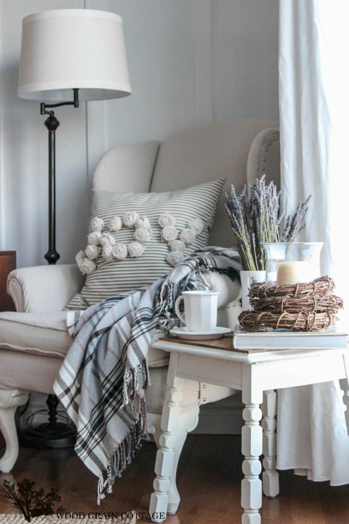 Coin confort avec coussin joy et canapé blanc idée aménagement studio, idée déco appartement magnifique