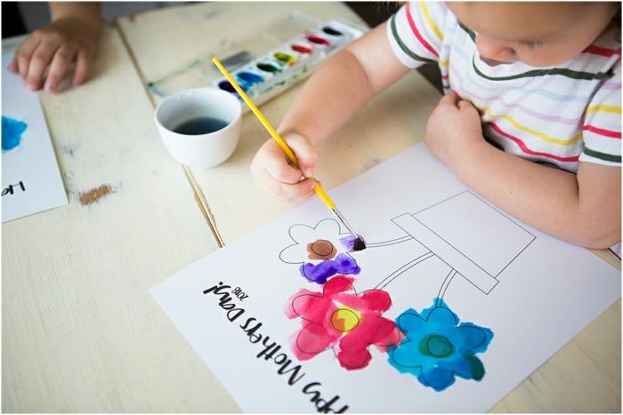 Enfant qui colorie un dessin simple pot de fleurs cadeau fête des mères à fabriquer, activité fête des mères cool