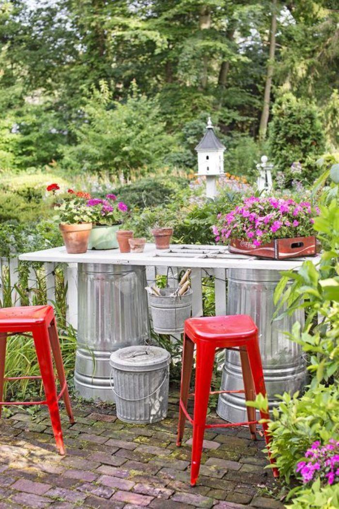 amenagement surface de travail établi outils de jardin sur vieux poubelles pour pieds et porte recyclée pour le plateau